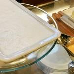 レストランパトリー - ブランマンジェ@わかりづらいけど左の白いのがブランマンジェ、オレンジコンフィチュールをかけていただきます