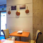 Chef's Table R&D - 店内のテーブル席の風景です