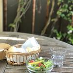 ティ・コ・ラッテ・ネヤガワ - 野菜サラダとパン2種が付きます