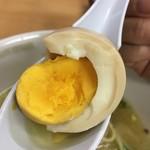 支那そば 一麺 - がっつり火の通った味付け卵(名古屋コーチン)