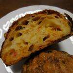 ブーランジェリークルミ - セミドライトマトとフレッシュバジル;断面
