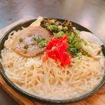 九州料理×もつ鍋専門店 木村屋本店 - 鉄板焼きラーメン。提供時には既に麺が伸びてました。