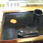 85376474 - こんな感じにトレーに載せスタンバイ 箸を取り忘れる方が多く、若干の混乱があります 箸はここでしか取れないんです