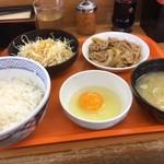 85380568 - 牛皿定食、内容は牛皿、ご飯、味噌汁、サラダ、卵