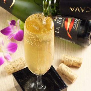 グラス溢れる!一番人気ドリンク♪こぼれスパークリングワイン