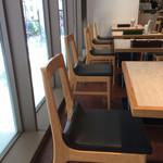 ポータル カフェ アキバ - 店内窓際テーブル席