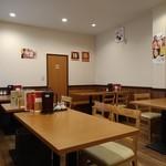美膳閣 - 奥のテーブル席