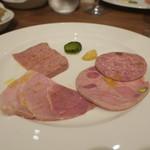 85401259 - シャルキュトリー盛合せ:パテ・ド・カンパーニュ、ジャンボン・ブラン、もも肉とピスタチオのハム、リヨン風ソーセージ