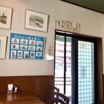 羅甸 - 絵やサイン色紙の飾られた店内
