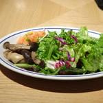 85408127 - ◆共通・・サラダ リーフが殆どですけれど「スモークサーモン」や「しめじソテー」などが添えられています。