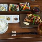 くつかけダイニング - 信州ハーブ鶏炭火焼 3種の調味だれ