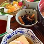 浜乃納屋 - ひじき、玉子豆腐、野菜サラダ、杏仁豆腐。 ひじきの奥には、漬物も隠れています。