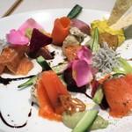 85439806 - スモークサーモンと新鮮野菜の花畑パレット バーニャカウダドレッシング 1,480円