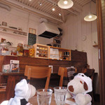 シーフィールド - 店内はカウンター3席、テーブル2席。 お店の方がご自宅のガレージ部分を改装して、 内装も全て手作りされた 小さなアトリエのようなカフェなんだよ。
