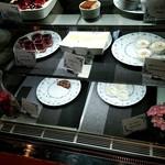 カタマリ肉ステーキ&サラダバー にくスタ - 2種のドルチェのディスプレイ