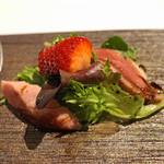 リストランテ ラストリカート - 前菜 鴨の燻製と鴨のササミのサラダ仕立て 苺を添えて