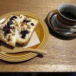 本のあるカフェ ホコト - 豆の恵みトーストとホットコーヒー