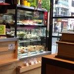 ファイブ クロスティーズ コーヒー - サンドイッチ類やケーキもあります