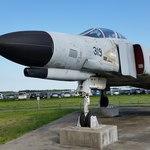 85462818 - F-4EJ改 要撃戦闘機 マッハ2.2約2,700km/h東京-大阪11分                       302飛行隊が、ここ百里基地に移る前の千歳基地に有った頃から部隊マークは北海道に生息する白鷲が描かれています
