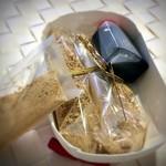 雲月 - 箱を開けると、わらび餅、きな粉、黒蜜のセットが。