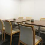 マルワ食堂 - テーブル席もありますが、今回は厨房前のカウンター席に座りました。