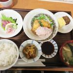 マルワ食堂 - お店の名前が付いた人気定食『マルワ定食』950円。