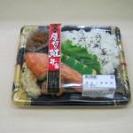 マルエツ プチ - 「厚切り鮭弁当」です。