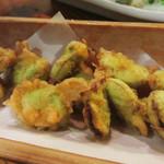 たべ天しゃい - 空豆の天ぷら。 衣が黄色っぽいですが、カレー粉ではなくウコンが入っているそうです。