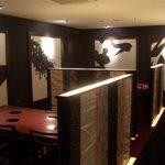 寿司・日本料理 さわ田 - 壁は書画がデザインされています。