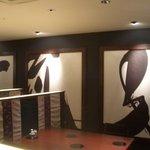 寿司・日本料理 さわ田 - 壁面はまるで和風アートの世界です。