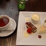 カマヤ - デザート盛り合わせと紅茶