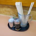 ばんすい軒 - 卓上の調味料はシンプル。