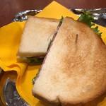 菊竹珈琲堂 - ◆サンドは「マルコ:ゴルゴンゾーラチーズぺースト セミドライサラミ 新鮮野菜」をチョイス。