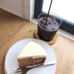 85489190 - キャロットケーキ 480円(税込)                       深煎りアイスコーヒー  320円(税込)