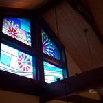 さわやか - 天井には大きなステンドグラスの窓。