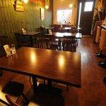 カフェダイナー コナ - 木目調の店内は落ち着いた雰囲気