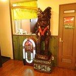 カフェダイナー コナ - 厨房前にはハワイの守り神「ティキ」が