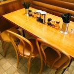 大勝軒 - ファミリーやカップル、友達同士向けのテーブル席主体の人気店。