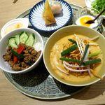 85509941 - 豚挽肉のガパオライスと 揚げ麺のせカレーヌードルセット