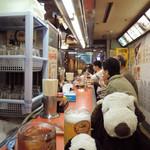 大阪あべの赤のれん - 店内はカウンター席のみ。昭和の雰囲気満点だよ。 まだ午前中だけど、日曜なのでお客さんで賑わってるなぁ。  ちびつぬ「常連さんっぽい人が多いわね~」