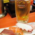 大阪あべの赤のれん - バルメニューは、生ビール+にぎりずし3貫。 (ちびつぬはウーロン茶に変更してもらいました)
