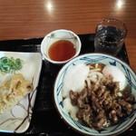 丸亀製麺 - いわし天/牛とろ玉うどん・全景
