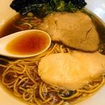 85517337 - スープは鶏がら×豚がら×野菜×昆布×煮干×鰹節とのこと。たれの醤油感は結構あり、熟成を経た旨味も強い。