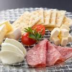 サラミと3種チーズの盛り合わせ