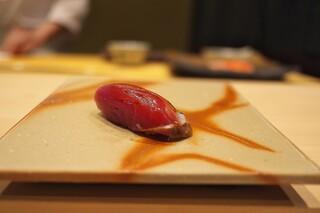 鮨 縁 - 初ガツオをわらで強い薫香をつけて。
