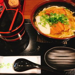 もとぶ熟成麺 - 左は紅生姜