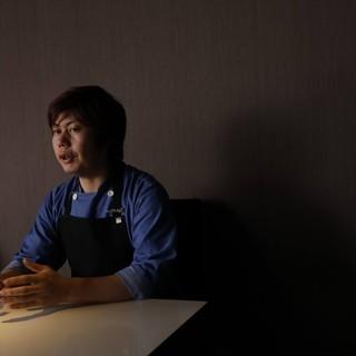 独創的な空間、料理を展開するオーナーシェフ深作直歳氏