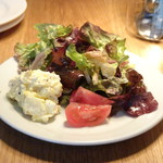 ぶぁん - ◆共通・・サラダ お野菜たっぷりで、添えられたポテトサラダもいい味わい。