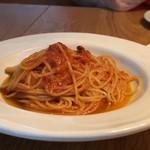 ぶぁん - ◆トマトのパスタ(30g増量で+300円)・・パスタは増量しても他店の普通量程度。 トマトソースの味わいが濃厚で美味しく、好みだそう。 でも30g増量で+300円は、プラス料金としては高いですね。