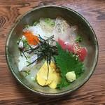 三郎寿司 - 海鮮丼ぶり(1,000円)※吸い物・漬け物付き